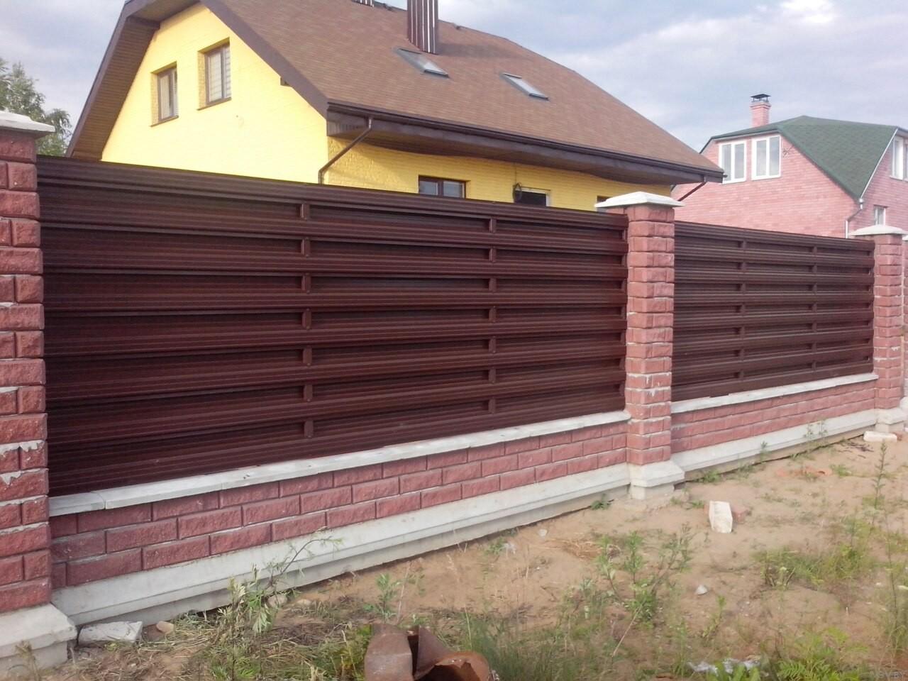 Забор на даче из металлического штакетника своими руками